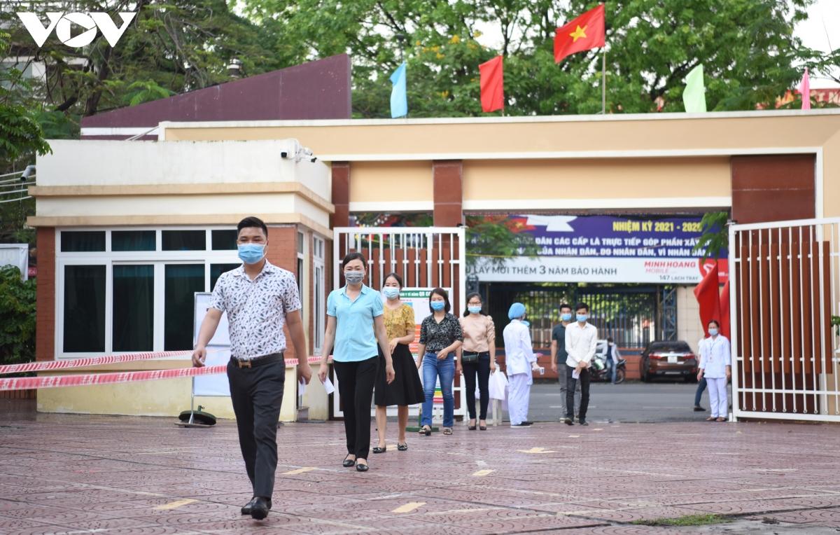"""Các """"cử tri"""" đi thành hàng, theo chỉ dẫn đến phòng chờ bỏ phiếu phía trong tại điểm bầu cử ở trường THCS Nguyễn Đình Chiểu, TP Hải Phòng."""