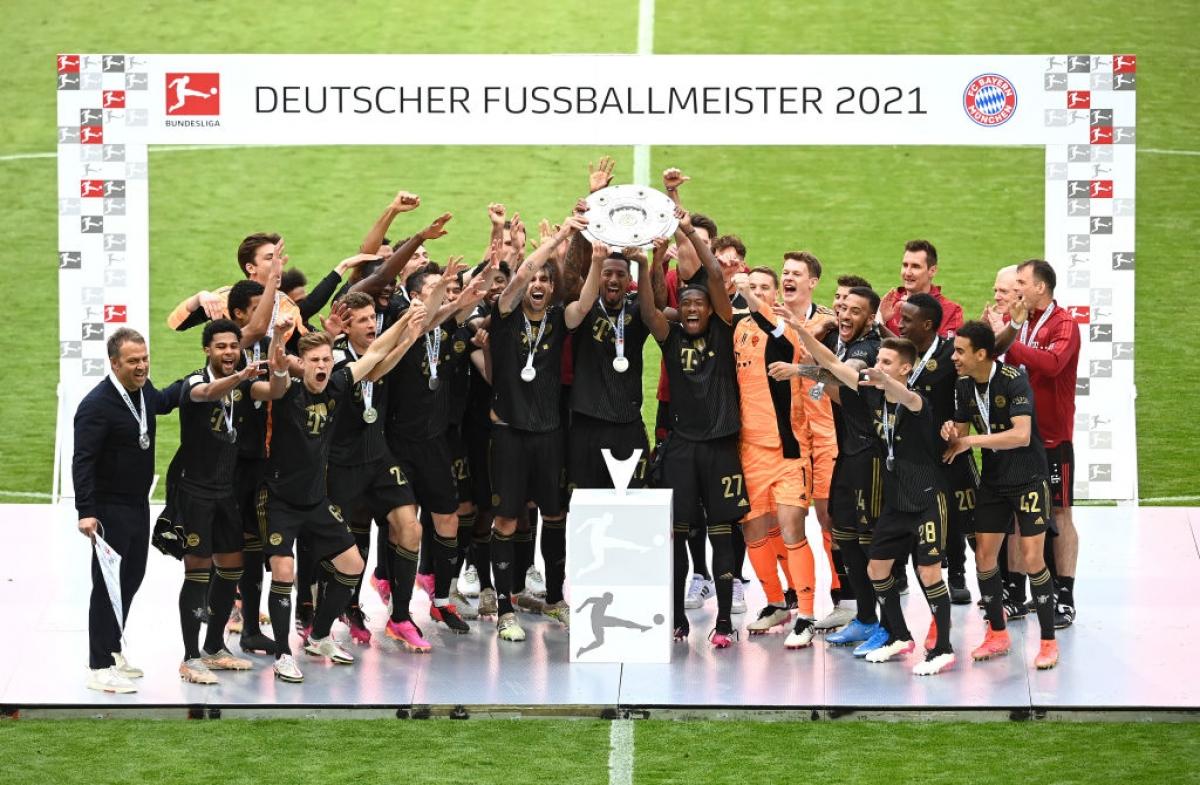 Bayern Munich nâng cao chiếc đĩa bạc Bundesliga lần thứ 9 liên tiếp. (Ảnh: Getty)