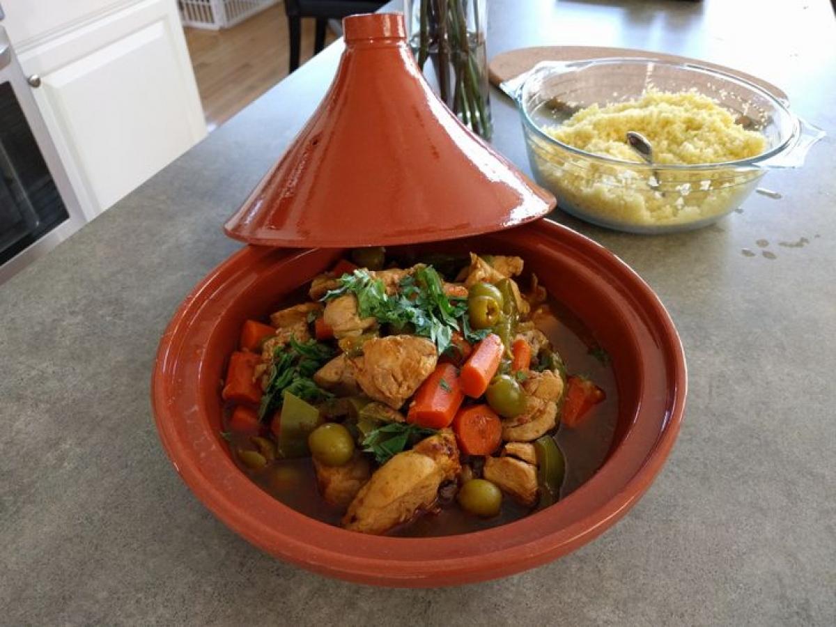 Niêu gốm có hình dáng đặc biệt với phần nắp được thiết cao và nhọn, giúp món ăn được nấu chín bằng hơi, không bị mất đi chất dinh dưỡng. Chiếc niêu này khá phổ biến trong ẩm thực Morocco.