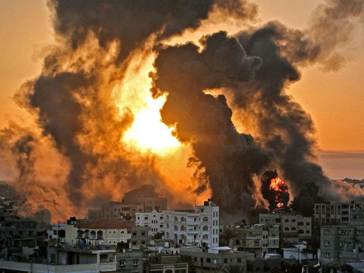 Một đám cháy bốc lên sau cuộc không kích của Israel vào các mục tiêu ở phía Nam Dải Gaza vào sáng 12/5. Ảnh: AFP