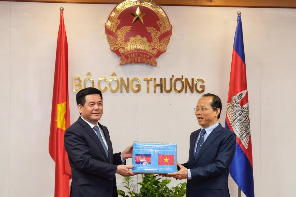 Bộ trưởng Bộ Công Thương Nguyễn Hồng Diên với ông Chay Navuth, Đại sứ Đặc mệnh Toàn quyền Vương quốc Campuchia tại Việt Nam.