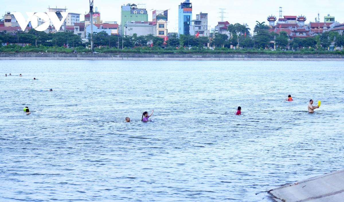 Người dân bơi lội trên hồ Linh Đàm, Hà Nội. Ảnh: Văn Ngân