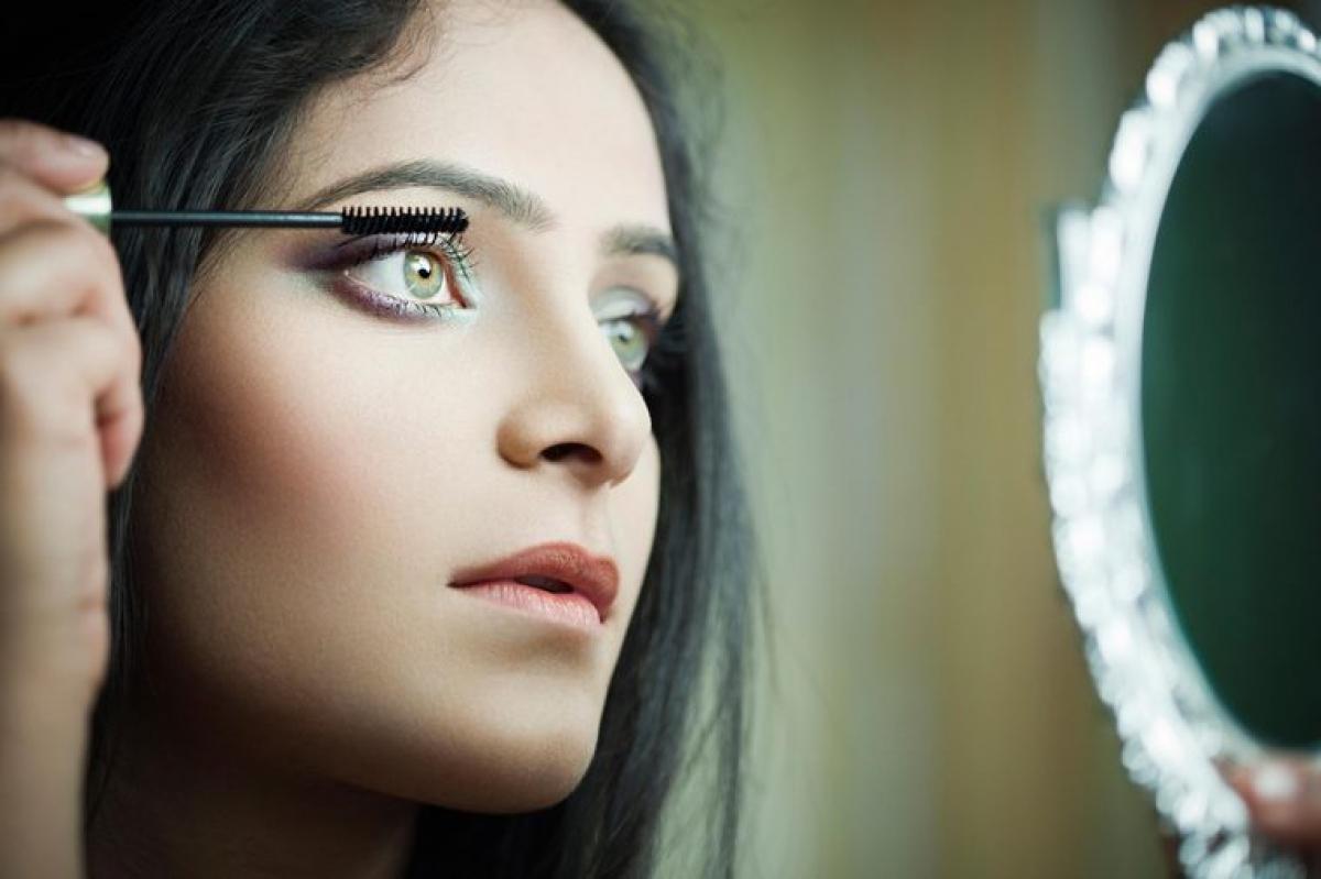 Mascara: Bạn nên thay mới mascara sau 3 tháng/lần để tránh nguy cơ vi khuẩn và virus tích tụ trên mascara gây viêm nhiễm mắt và gây các bệnh như cảm lạnh, cảm cúm. Không chỉ mascara mà bất kỳ sản phẩm nào tiếp xúc với những phần ướt của cơ thể, như mắt và môi, đều có thời hạn sử dụng rất ngắn.