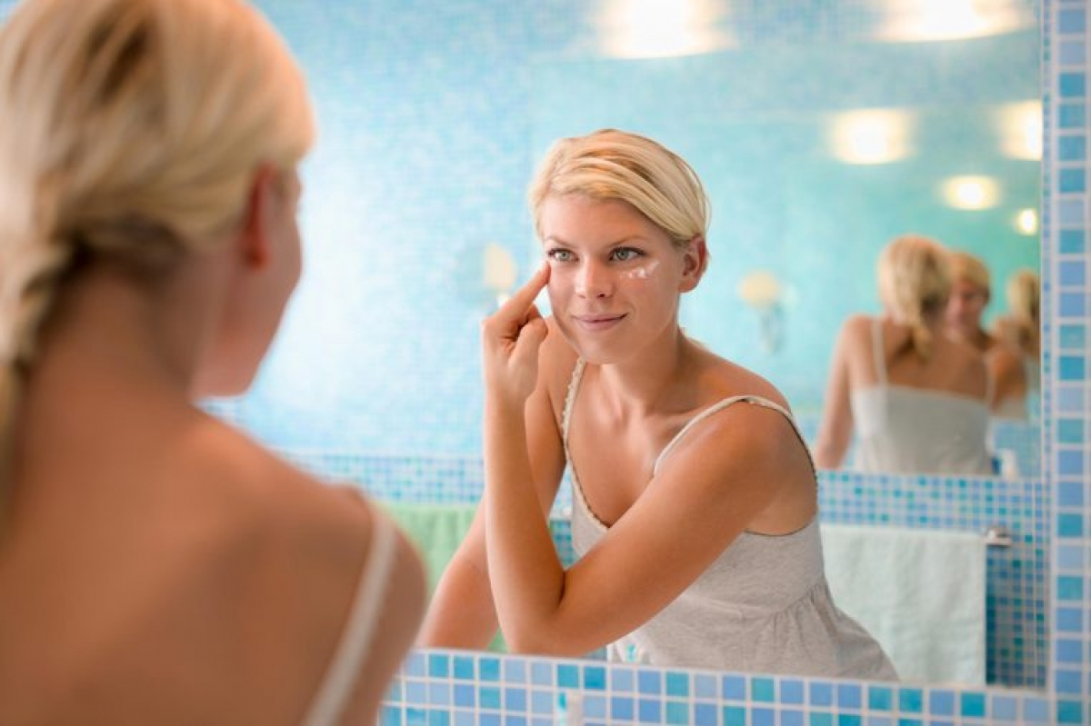 Kem mắt: Khi bạn mở hũ đựng mỹ phẩm, các thành phần trong mỹ phẩm đó tiếp xúc với không khí và bắt đầu phân hủy. Bên cạnh đó, mỗi lần bạn dùng tay để lấy mỹ phẩm từ hũ là mỗi lần bạn cho phép vi khuẩn từ tay xâm nhập vào hũ mỹ phẩm. Bạn nên thay kem mắt sau mỗi ba tháng, trừ khi bạn dùng kem mắt dạng tuýp.