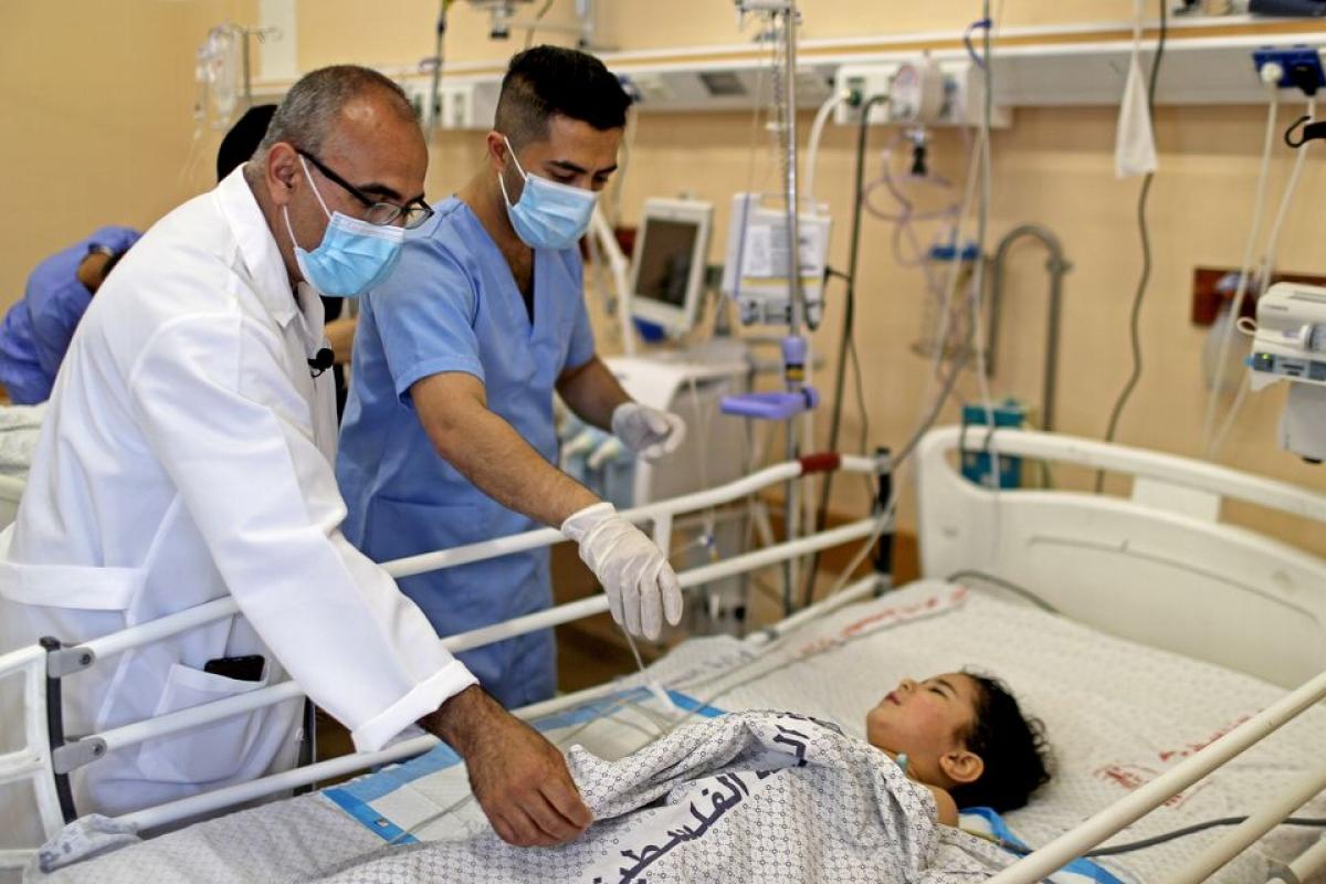 Bác sỹ tại bệnh viện Shifa thăm một bé gái bị thương do xung đột ở Gaza ngày 17/5. Ảnh: Reuters