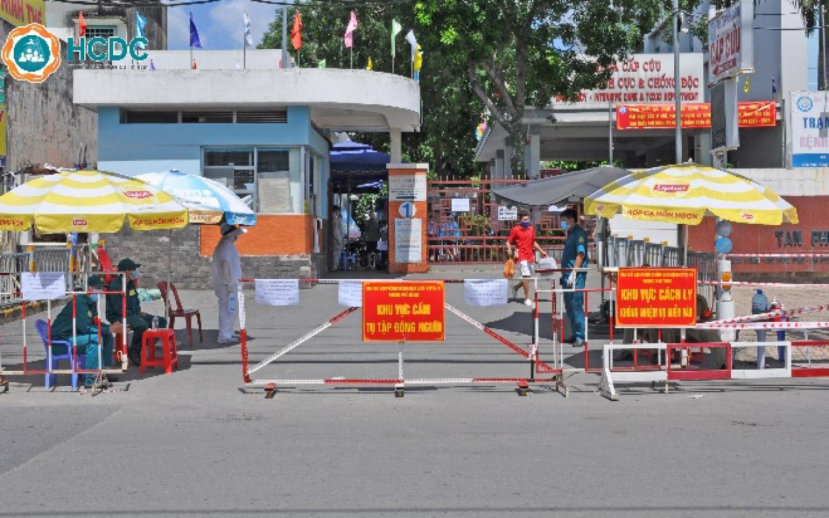 Bệnh viện quận Tân Phú lập hàng rào phong tỏa các cổng ra vào, tạm thời ngưng nhận bệnh nhân (HCDC)