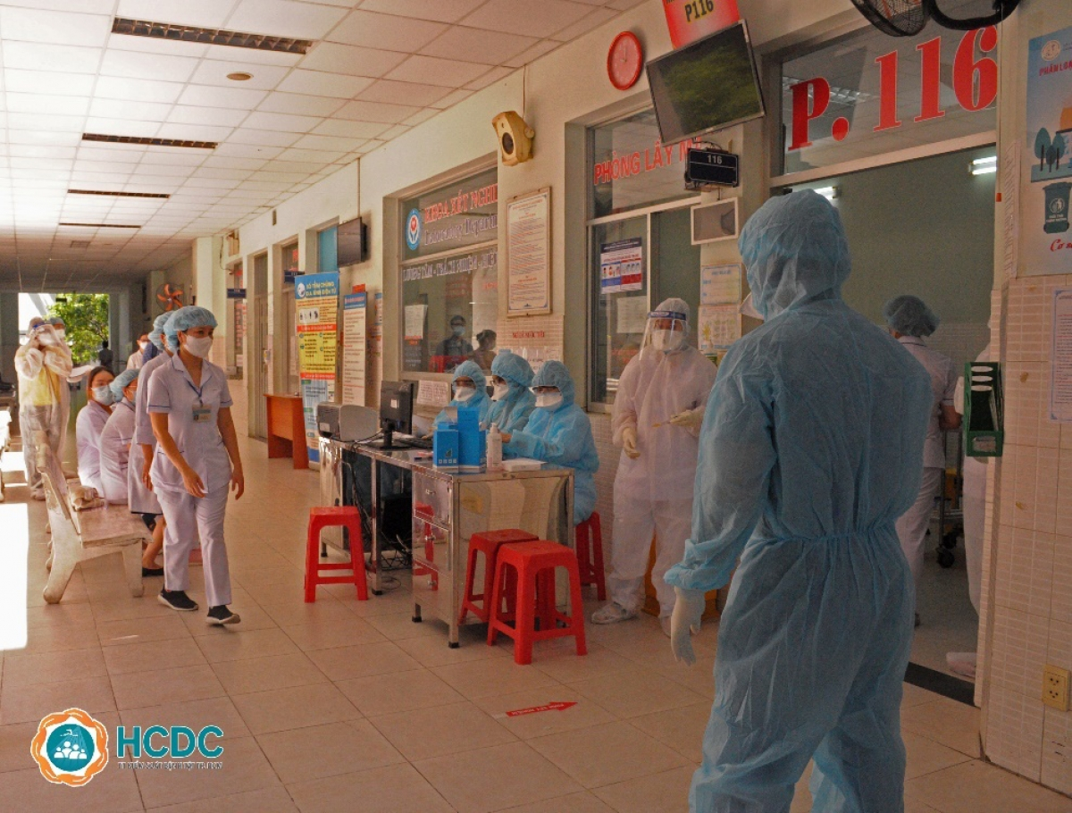 Triển khai lấy mẫu xét nghiệm cho toàn bộ nhân viên y tế của bệnh viện (HCDC)