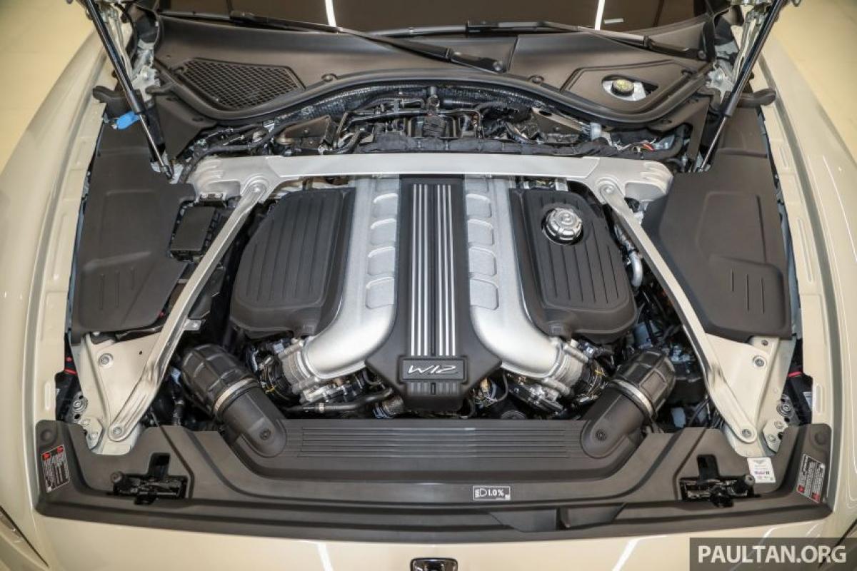 Chiếc Flying Spur được trang bị động cơ W12 twin-turbo 6.0 L hoặc V8 twin-turbo 4.0 L.