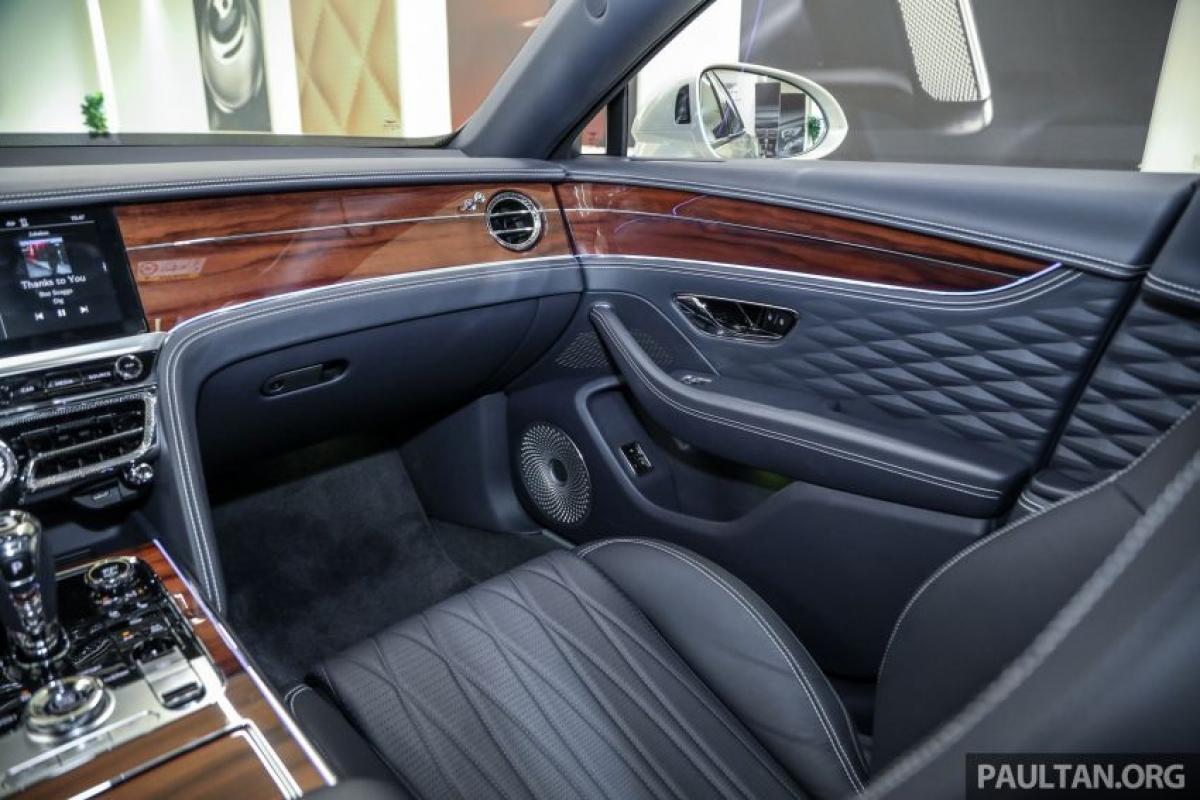 Trong khi đó, lớp sơn mài bóng truyền thống của Bentley có bề dày 0,5 mm và có bề mặt bóng, mịn.