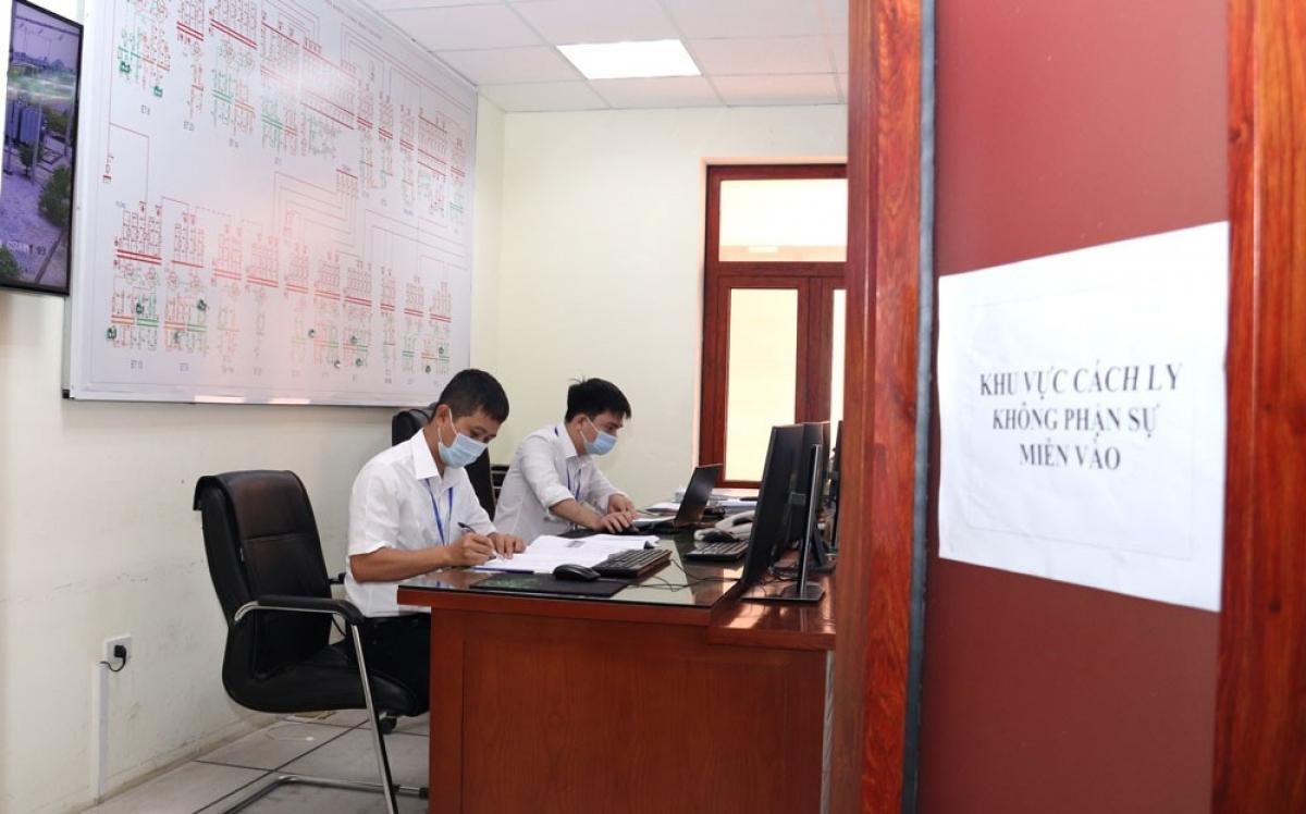 Các kỹ sư trực vận hành tại Trung tâm Điều khiển xa PC Bắc Giang được cách ly tại nơi làm việc để đảm bảo thực hiện tốt nhiệm vụ.