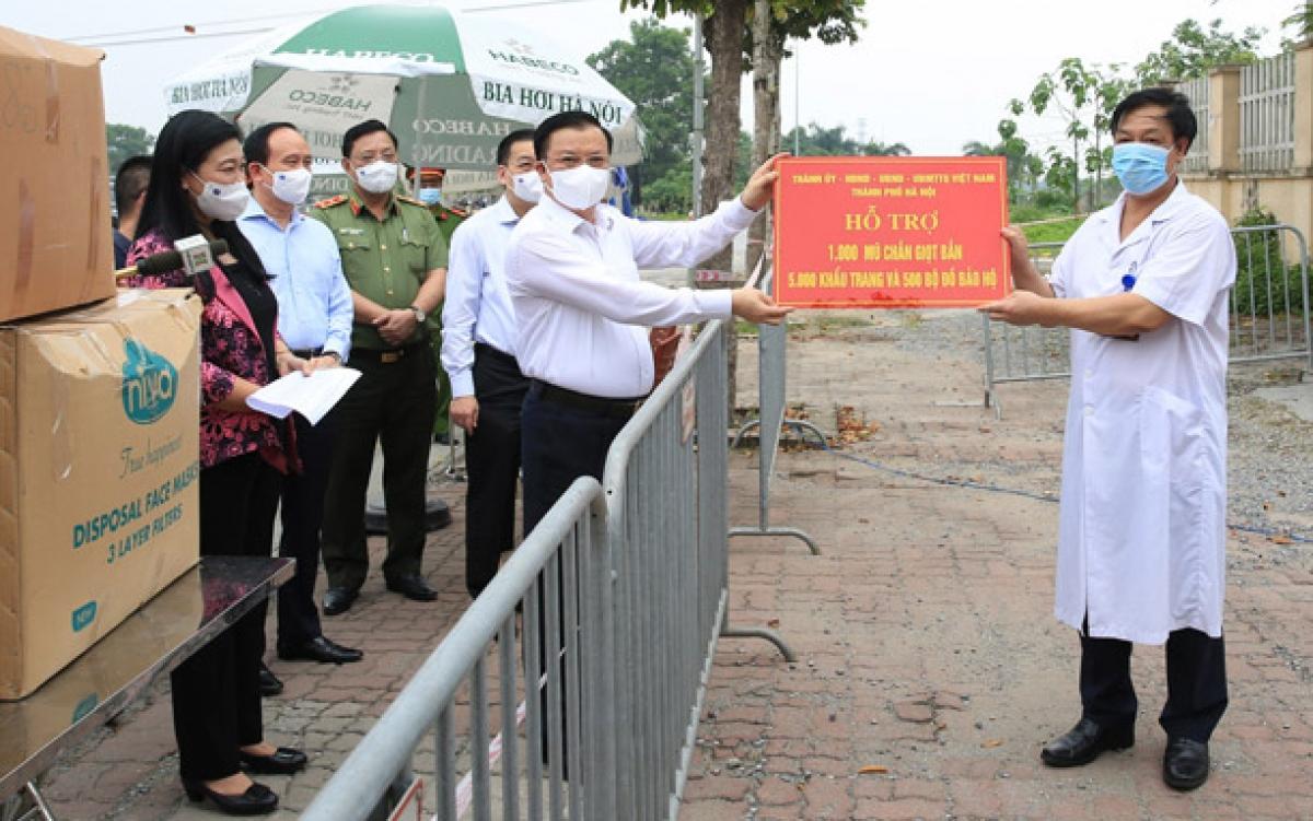 Bí thư Thành ủy Hà Nội Đinh Tiến Dũng và các lãnh đạo thành phố Hà Nội trao hỗ trợ cho các y, bác sĩ đang thực hiện nhiệm vụ tại Bệnh viện Bệnh nhiệt đới trung ương cơ sở 2