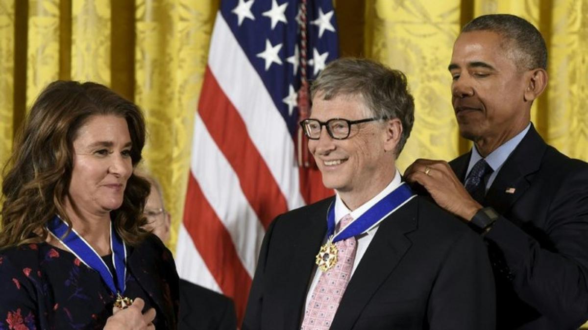 Cựu Tổng thống Mỹ Barack Obama trao tặng vợ chồng Bill Gates Huân chương Tự do vào năm 2016.