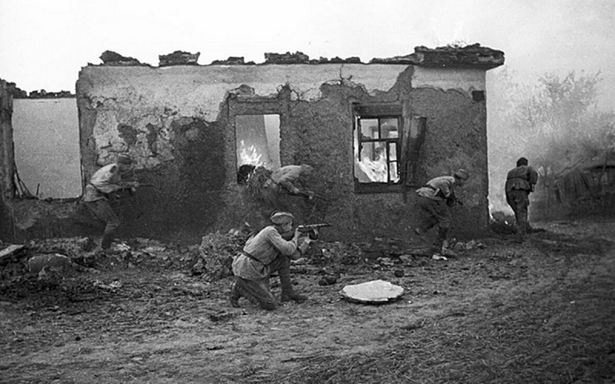 Binh sĩ Hồng quân Liên Xô chiến đấu ở gần Kharkov trong Thế chiến II. Ảnh: Sputnik.