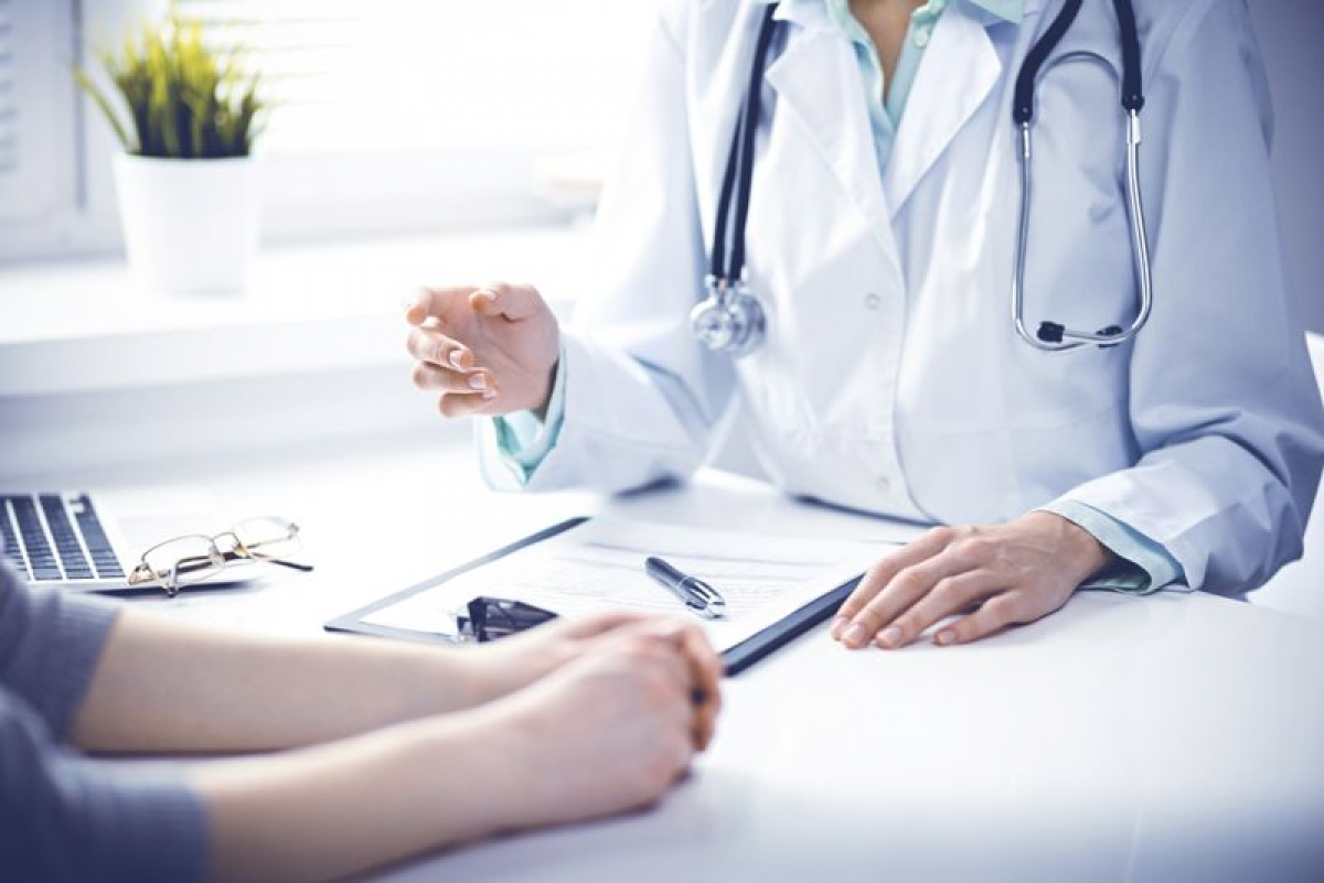 Giúp phát hiện ra các vấn đề sức khỏe: Mặc dù không thể so sánh với một buổi kiểm tra sức khỏe toàn diện, nhưng việc hiến máu cũng sẽ giúp bạn hiểu được phần nào về sức khỏe của mình. Trước khi hiến máu, người hiến máu được kiểm tra huyết áp, mạch đập, nhiệt độ cơ thể, nồng độ hemoglobin, và nhiều yếu tố khác. Hơn nữa, xét nghiệm sàng lọc còn giúp phát hiện ra các bệnh lây nhiễm và các vấn đề sức khỏe khác.