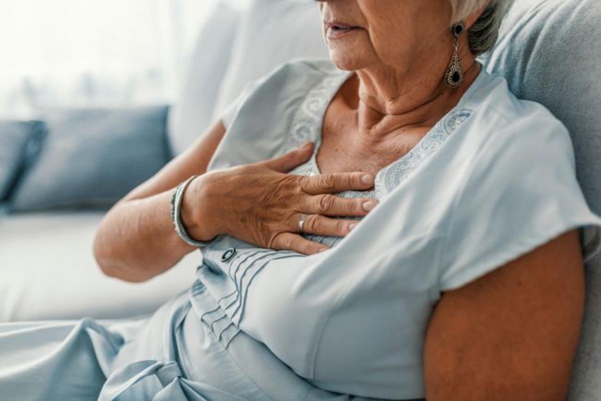 Giảm nguy cơ đau tim: Một nghiên cứu cho thấy việc hiến máu ít nhất một lần mỗi năm có thể giảm tới 88% nguy cơ đau tim. Những người có hàm lượng sắt trong máu cao dễ gặp các vấn đề về tim mạch hơn, vì sắt làm co các mạch máu. Hiến máu sẽ giúp giảm lượng sắt trong cơ thể, tạo điều kiện cho mạch máu hoạt động hiệu quả hơn.