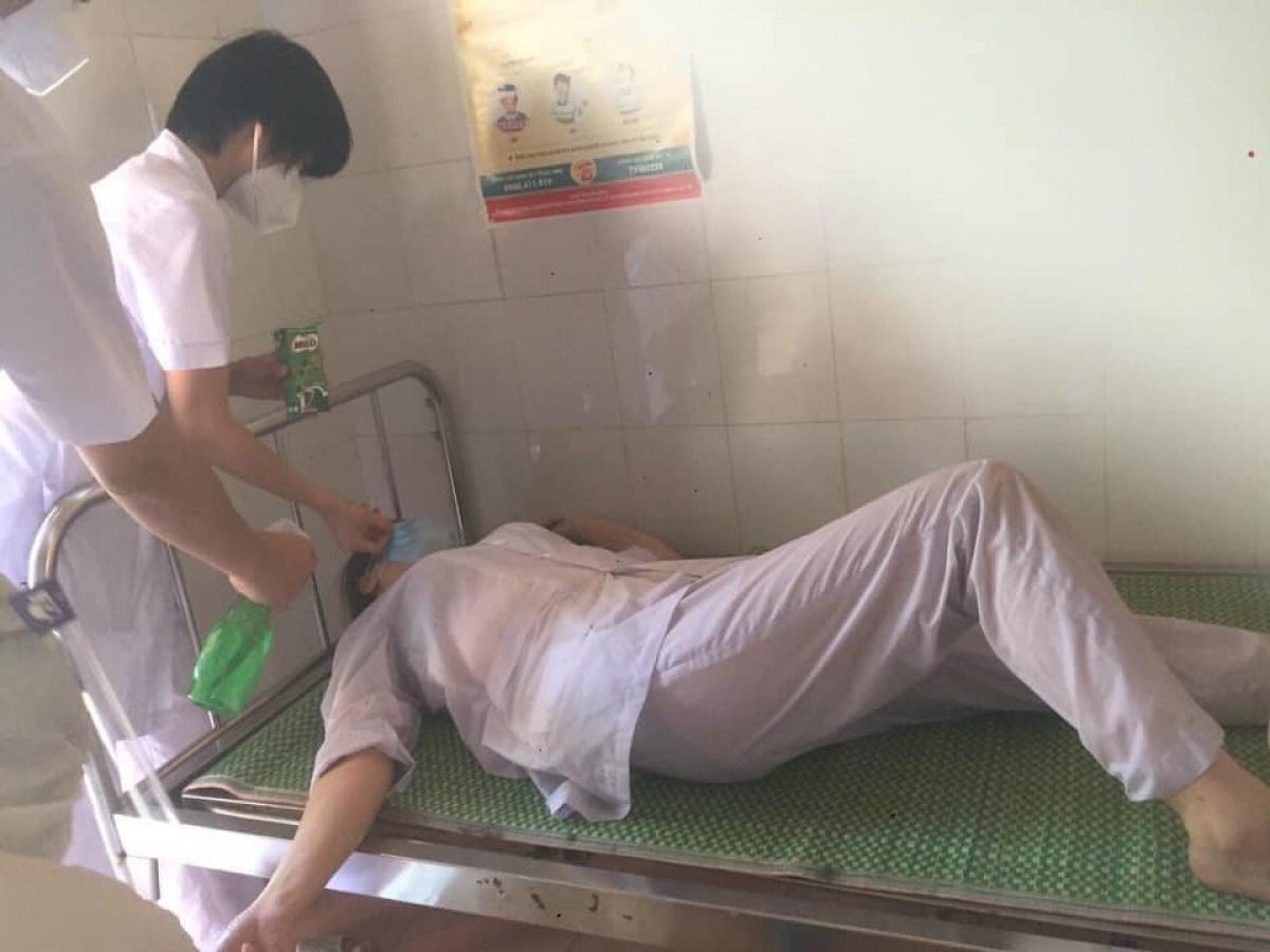 Các đồng nghiệp chăm sóc nhau trên giường tạm tại trung tâm chống dịch Thuận Thành.Ảnh CTV.