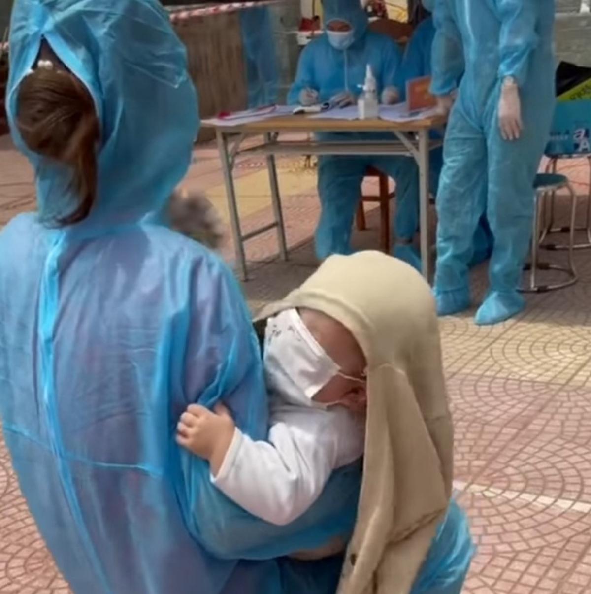 Cháu bé 6 tháng tuổi được mẹ đưa đi lấy mẫu xét nghiệm tại tổ truy vết COVID-19 ở Thuận Thành, Bắc Ninh.