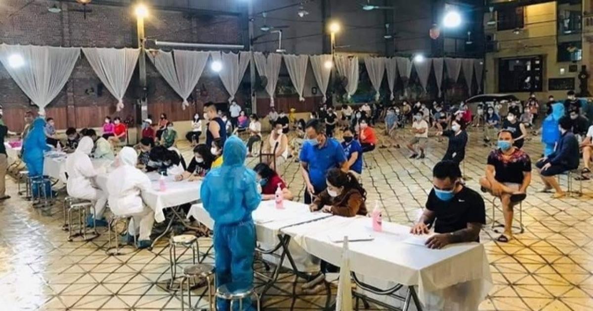 Lấy mẫu xét nghiệm cho công nhân tại các KCN ở Bắc Ninh.