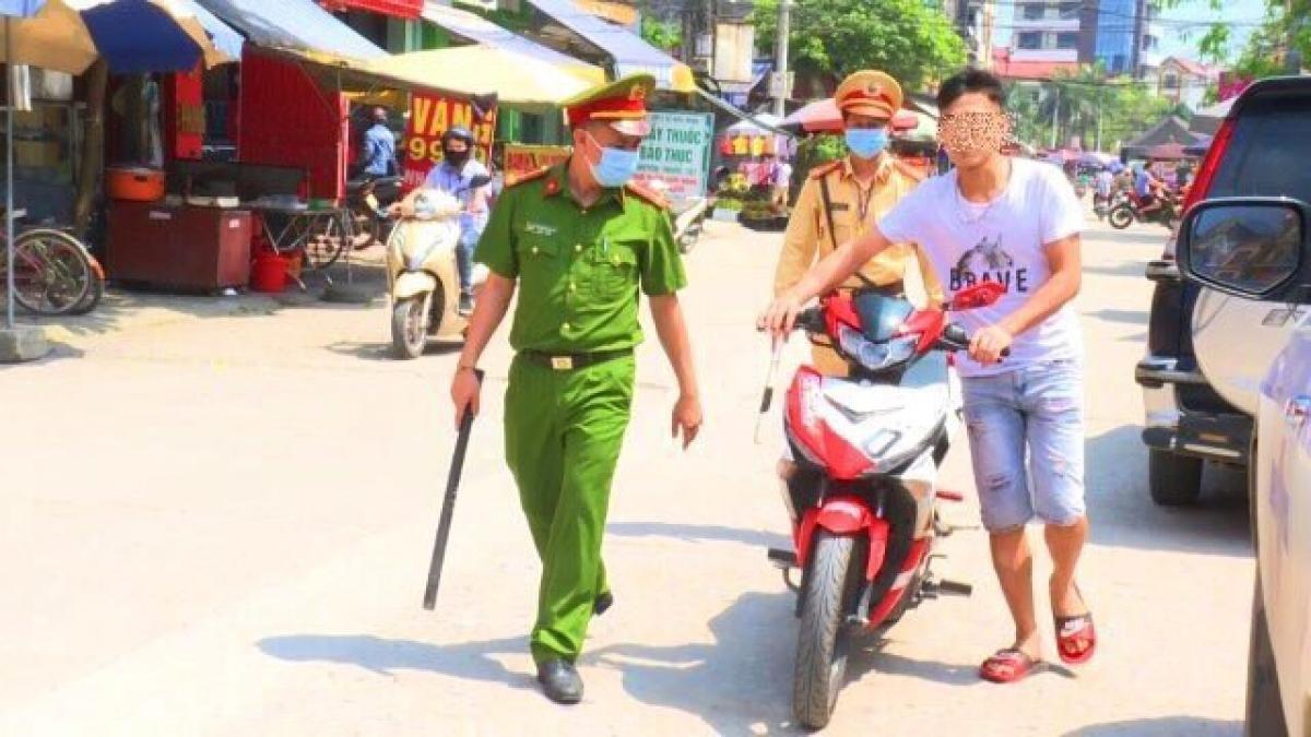Lực lượng chức năng tuyên truyền, nhắc nhở một trường hợp không đeo khẩu trang tại địa bàn xã Phương Liễu, Quế Võ.