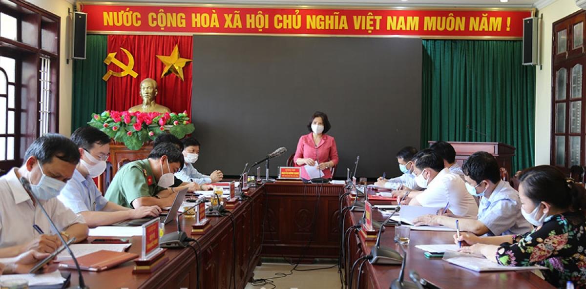 Chủ tịch UBND tỉnh Bắc Ninh Nguyễn Hương Giang họp chỉ đạo công tác phòng chống dịch COVID-19 tại huyện Thuận Thành chiều 10/5. Ảnh VH.
