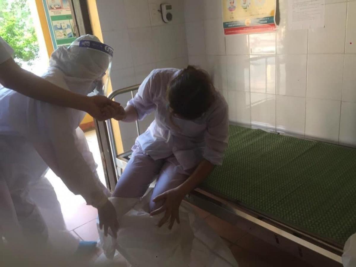 Điều dưỡng Đỗ Thị Thủy (cán bộ y tế lấy mẫu xét nghiệm COVID-19 ở xã Ninh Xá, Thuận Thành, Bắc Ninh) kiệt sức, ngất xỉu. Ảnh CTV.