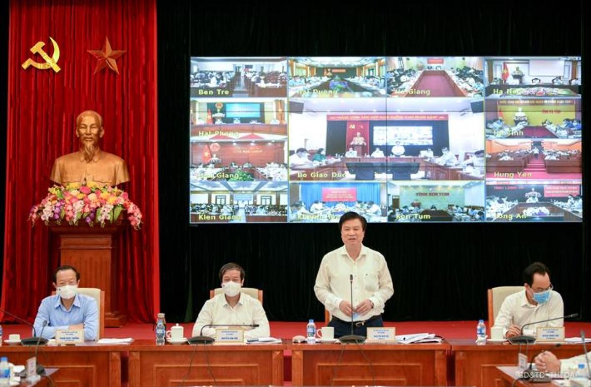 Đại diện Bộ GD-ĐT chủ trì cuộc họp trực tuyến.