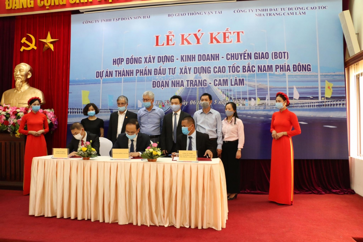 Thứ trưởng Bộ GTVT Lê Đình Thọ cùng đại diện nhà đầu tư, doanh nghiệp dự án thực hiện nghi thức ký kết hợp đồng dự án PPP cao tốc Nha Trang - Cam Lâm.