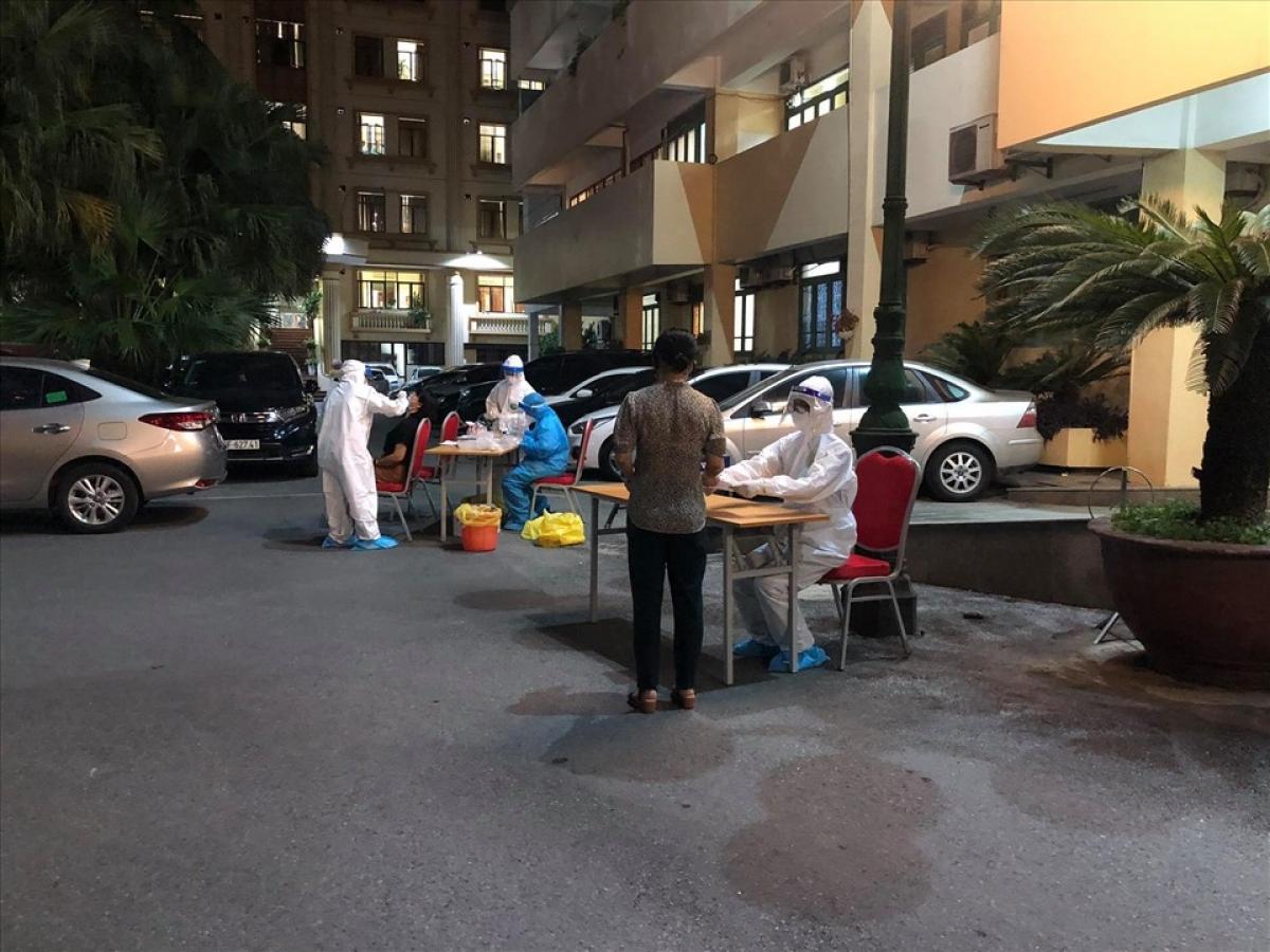 Nhân viên y tế lấy mẫu xét nghiệm cán bộ viên chức của Bộ GTVT trong tối 18/5.