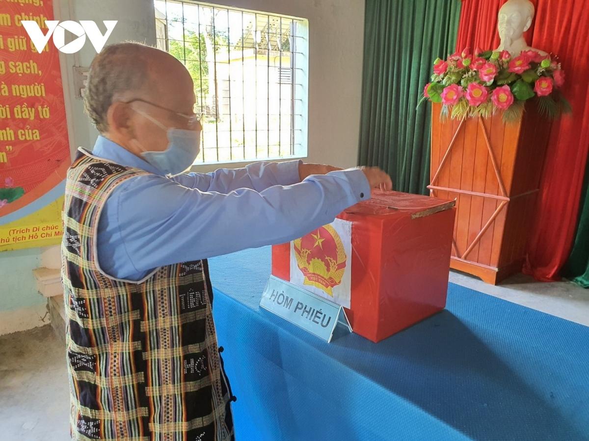 Sáng 16/5, cử tri ở 6 xã biên giới của huyện Nam Giang, tỉnh Quảng Nam bỏ phiếu sớm, bầu cử đại biểu Quốc hội khóa XV và HĐND các cấp, nhiệm kỳ 2021- 2026.