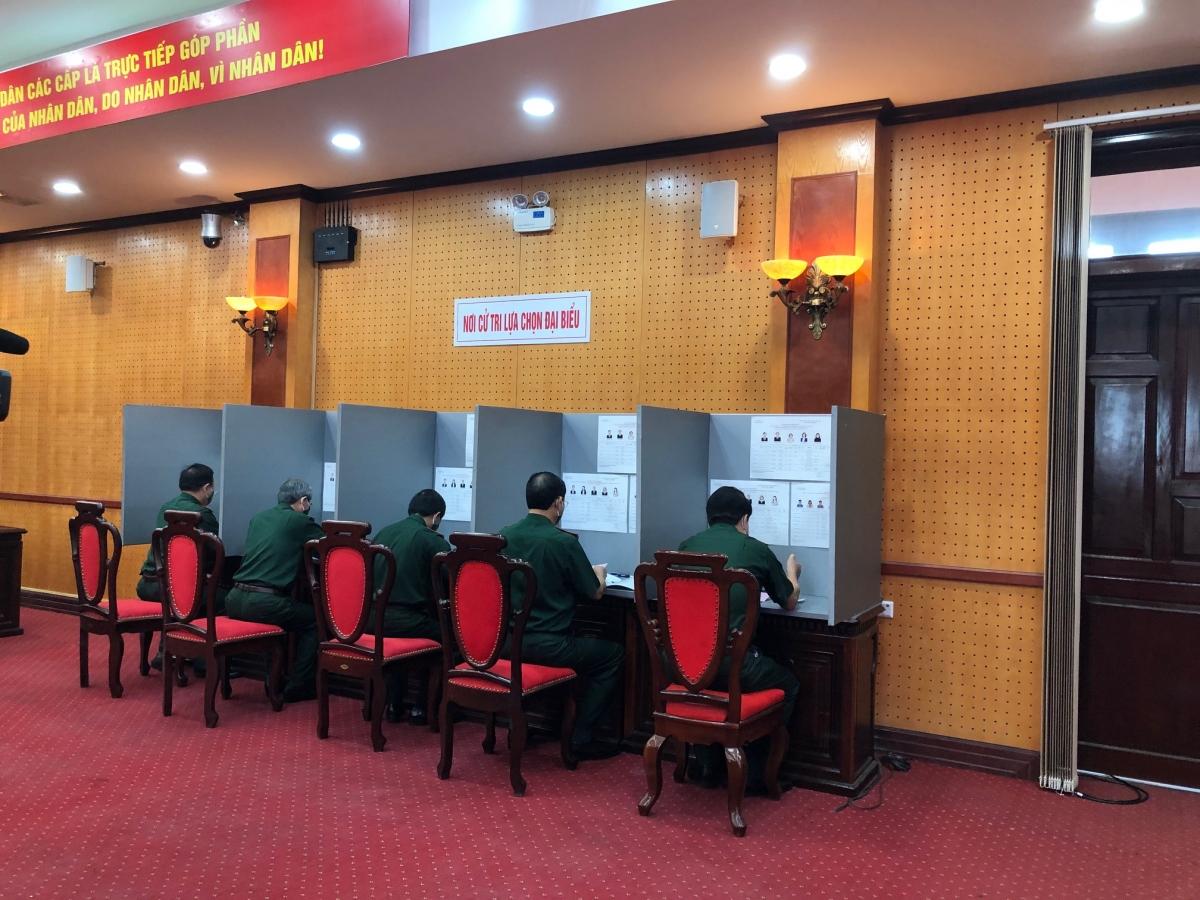 Từ 6h30 sáng, các cán bộ, chiến sỹtham dự lễ khai mạc và thực hiện quyền bầu cử với không khí dân chủ, nghiêm túc, trách nhiệm. Không chỉ ở 2 khu vực bầu cử tại trụ sở bộ Quốc phòng, mà tất cả các học viên, cán bộ, chiến sỹ toàn quân đồng loạt tiến hành bầu cử tại 902 điểm bỏ phiểu trên toàn quốc.Thiếu tướng Nguyễn Văn Đức, Cục trưởng cục Tuyên huấn, Tổng cục Chính trị Quân đội nhân dân Việt Nam cho biết: Toàn bộ cử tri của các đơn vị bầu cử sớm đã tham gia bỏ phiếu nhanh, gọn, an toàn, đúng luật định và các quy định về đảm bảo an toàn phòng, chống dịch.