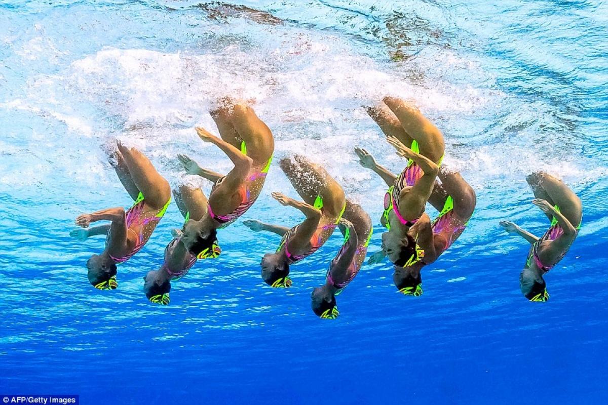 Các nghệ sĩ Nhật Bản như đang đi ngược dưới nước theo nhịp nhạc. Ảnh: Getty./.