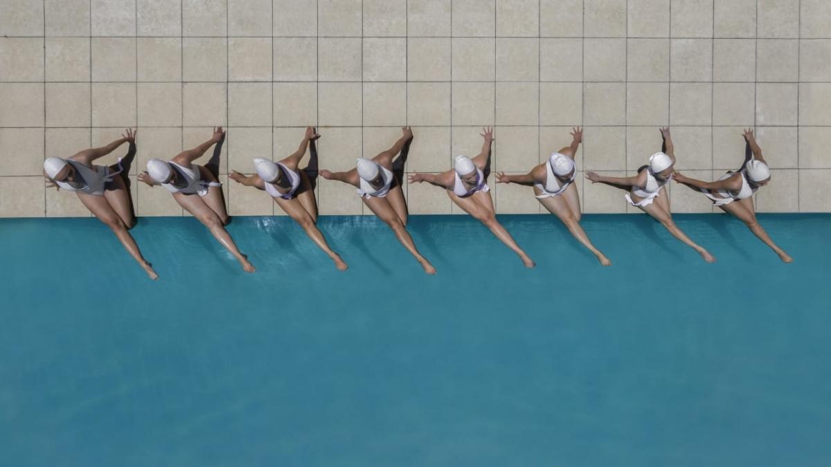 Các vận động viên kiêm nghệ sĩ trong làn nước bể bơi. Họ cũng là những người sở hữu vóc dáng săn đẹp nhờ tác dụng của bơi lội. Ảnh: Brad Walls.