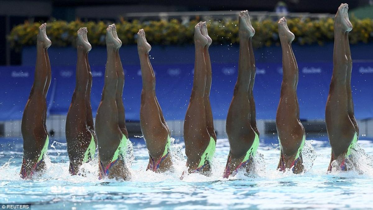 """Đội tuyển Nhật Bản biểu diễn """"trồng chuối"""" dưới nước, ở Rio. Ảnh: Reuters."""