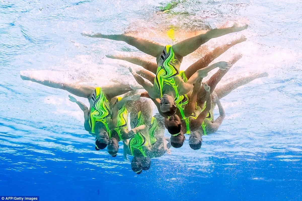 Các vận động viên Ukraine với màn chúc đầu dưới nước và xoạc chân như trong thể dục dụng cụ. Ảnh: Getty.