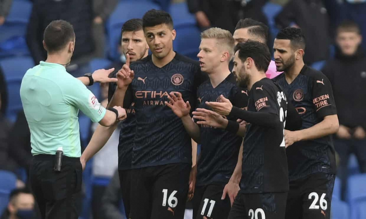 Niềm vui ngắn chẳng tày gang, Man City chỉ còn 10 người trên sân khi đồng hồ mới chỉ phút thứ 10.