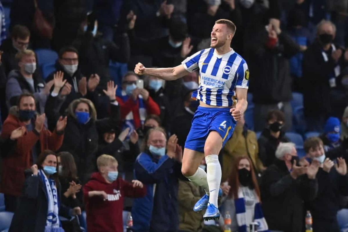 Tinh thần lên cao trong ngày khán giả được trở lại sân, Brighton liên tục dồn ép Man City và gỡ hòa 2-2 nhờ pha bật cao đánh đầu của Adam Webster ở phút 72.