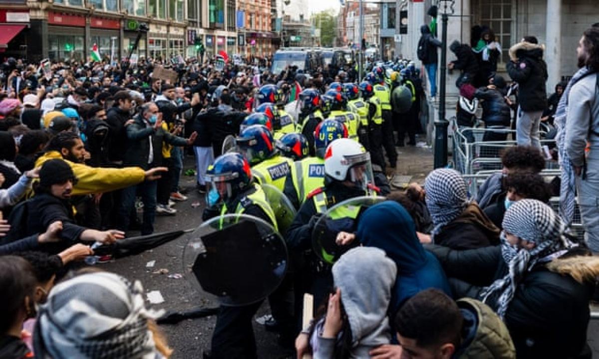Đụng độ giữa cảnh sát và những người biểu tình bên ngoài Đại sứ quán Israel tại London, Anh. Ảnh: Shutterstock