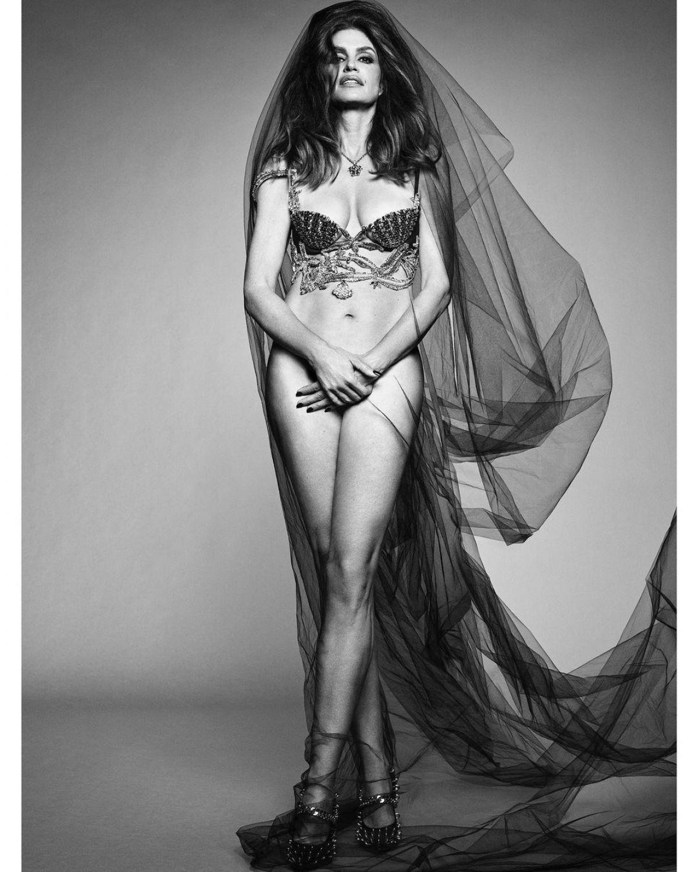 Siêu mẫu huyền thoại khoe vẻ đẹp cuốn hút ở tuổi 55.
