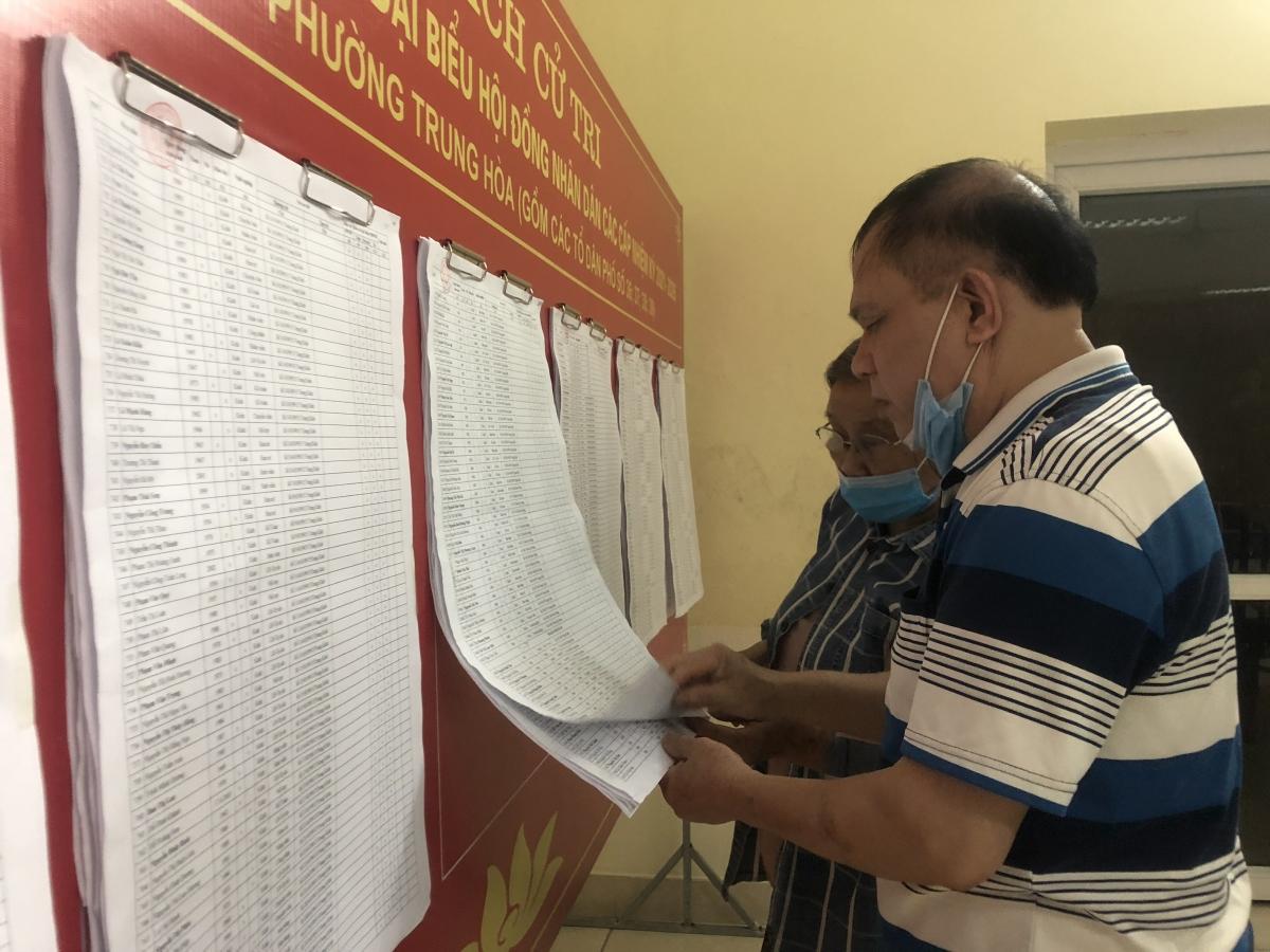 Người dân phường Trung Hòa, quận Cầu Giấy xem danh sách cử tri.