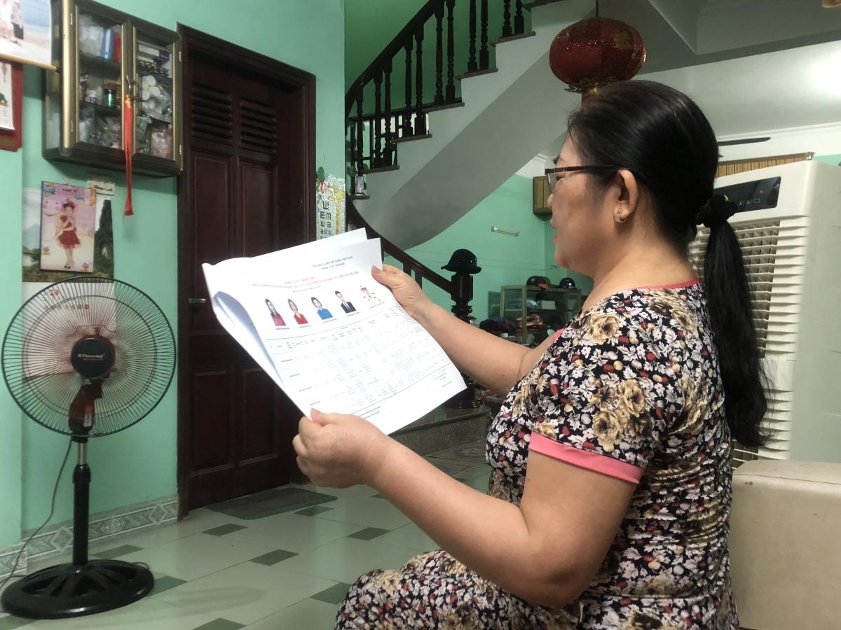 Cử tri đọc thông tin về người ứng cử đại biểu QH và HĐND các cấp.