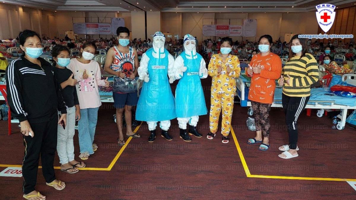 Các bác sỹ và bệnh nhân Covid-19 tại bệnh viện dã chiến. Ảnh: Bộ Y tế Campuchia