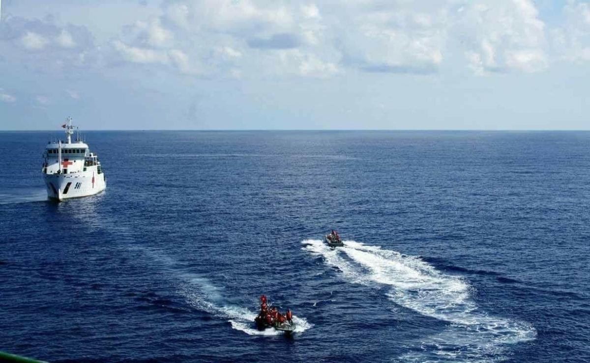 Đưa đoàn công tác từ tàu vào đảo