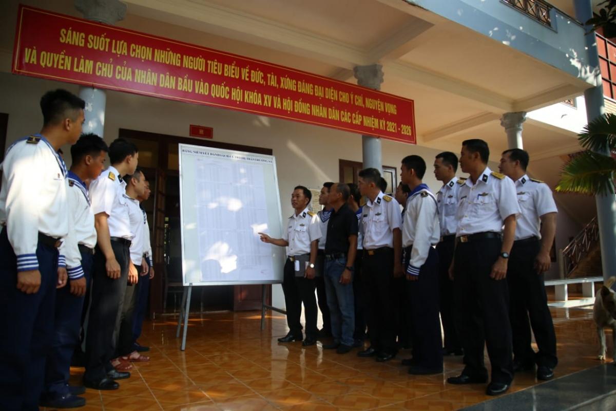 Cán bộ, chiến sĩ và nhân dân Trường Sa theo dõi danh sách cử tri