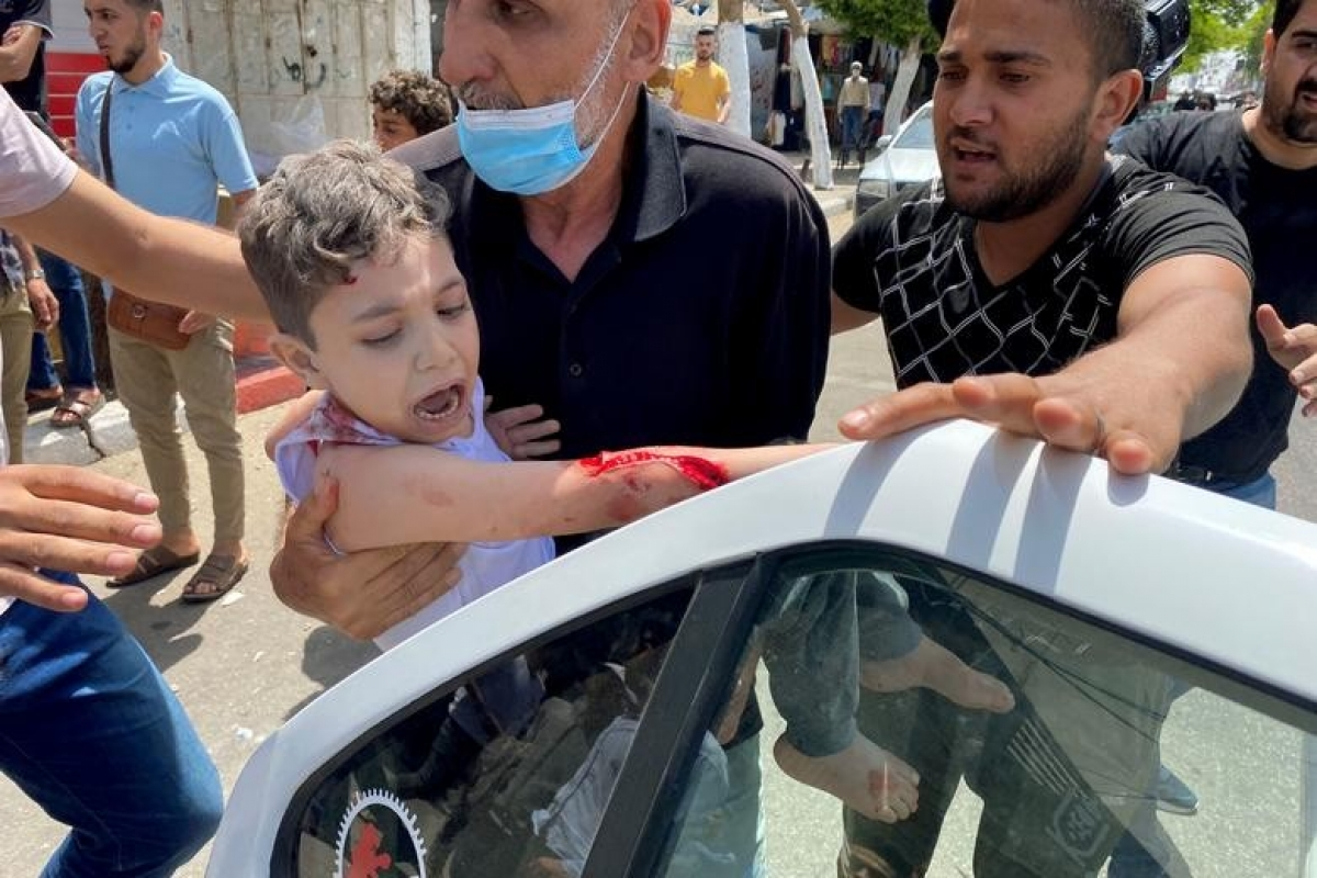 Ảnh: Khung cảnh hoang tàn sau hàng loạt cuộc không kích trả đũa của Israel ở dải Gaza - Ảnh 20.