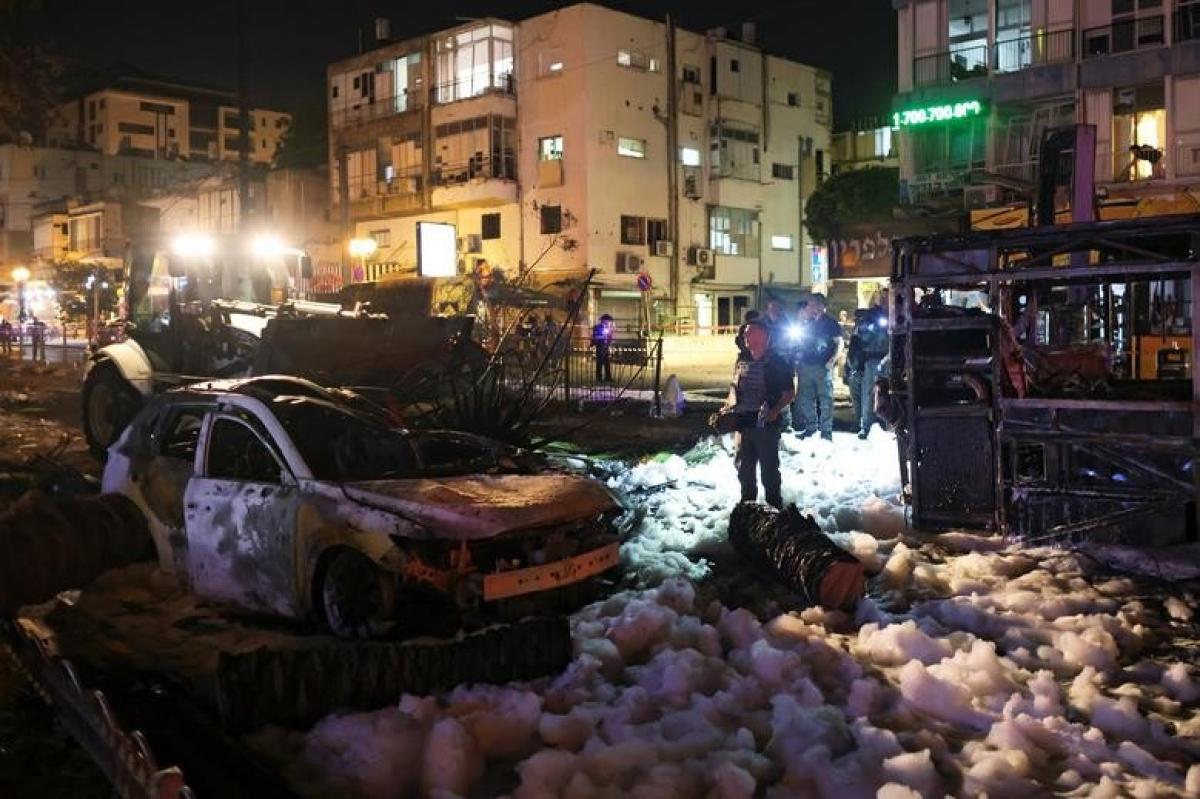 Ảnh: Khung cảnh hoang tàn sau hàng loạt cuộc không kích trả đũa của Israel ở dải Gaza - Ảnh 16.