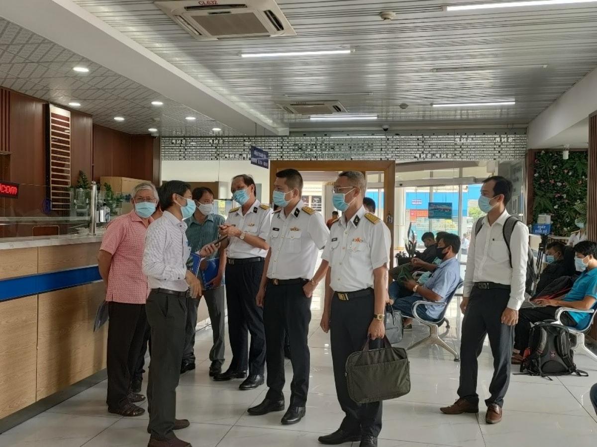 Các lực lượng chức năng trao đổi các biện pháp phòng dịch tại cảng biển (Ảnh: HCDC)