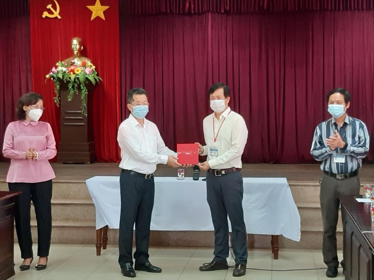 Ông Nguyễn Văn Quảng tặng quà cho CDC Đà Nẵng.