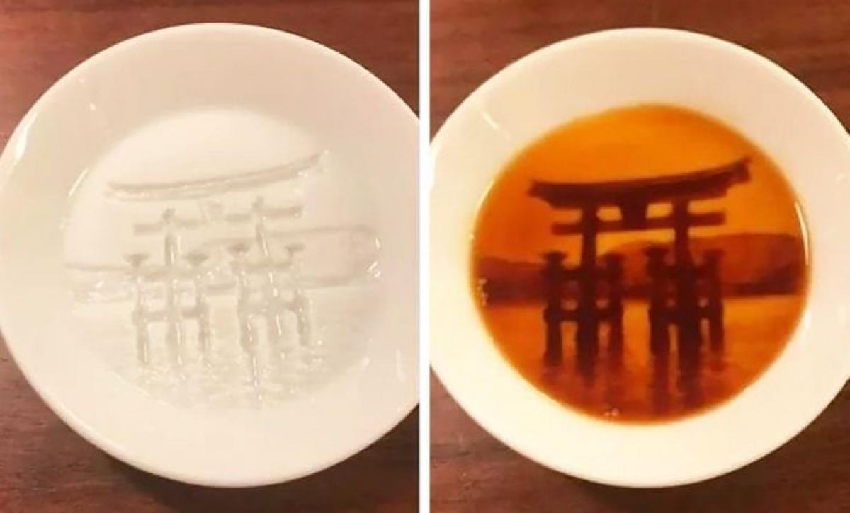 Nếu bạn đổ tương đen vào chiếc đĩa này, hình ảnhđền thờ Thần đạo sẽ hiện ra.