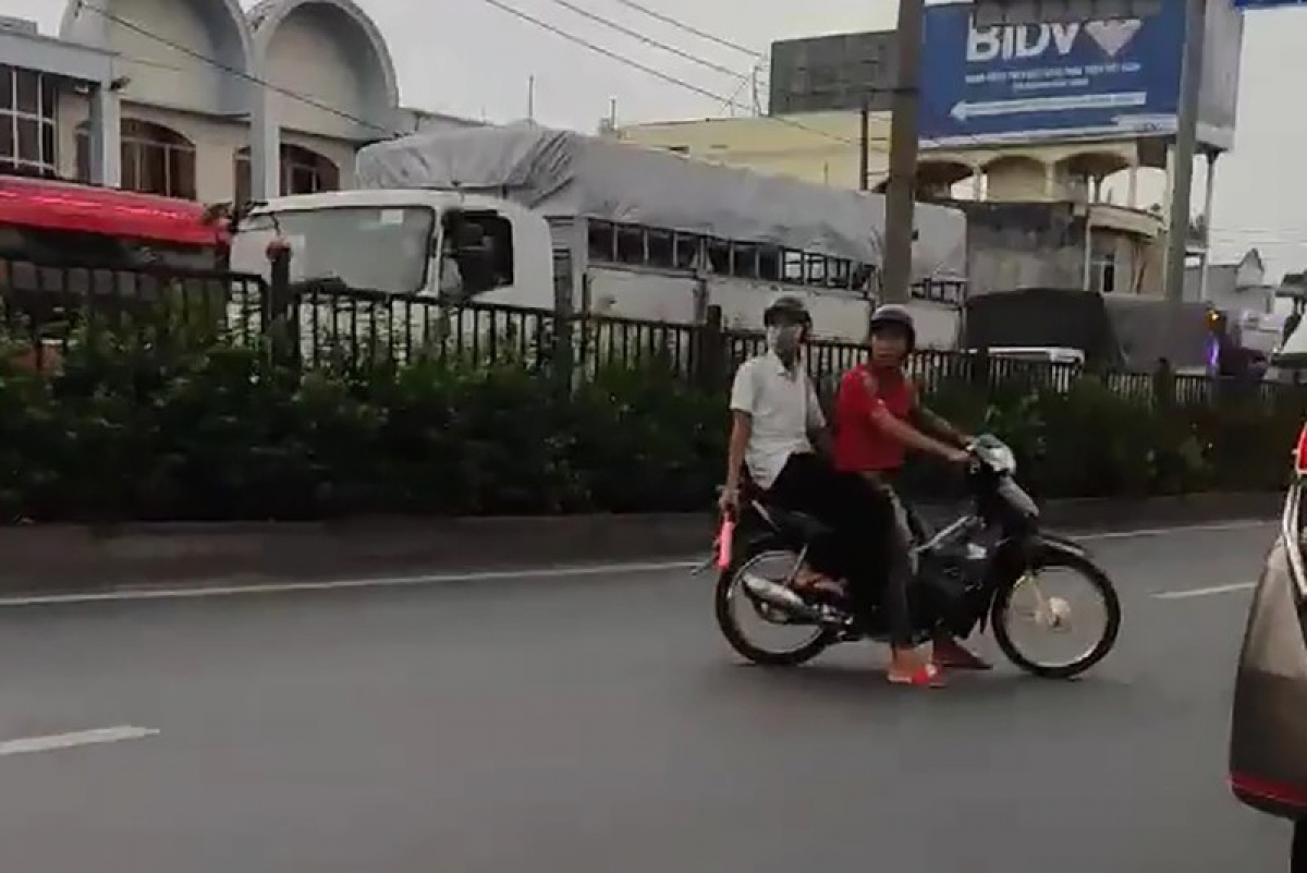 """Nhóm """"quái xế"""" chặn đường để đua xe"""