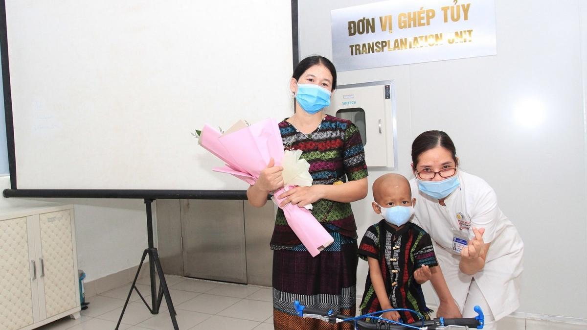 Cháu Hồ Chi N. được xuất viện sau gần 1 năm điều trị.